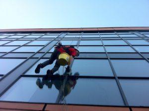 Aukštuminis langų valymas su alpinizmo virvėmis